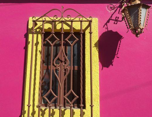 Fenêtre jaune sur fond rose Oaxaca Mexique